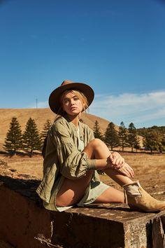 Australian brand Rowie The Label channels safari vibes with the release of its pre-spring 2019 campaign, Savannah. Moda Safari, Safari Chic, Safari Elegante, Safari Outfits, Safari Outfit Women, Khaki Shirt Dress, Adventure Aesthetic, Desert Fashion, Southwest Style