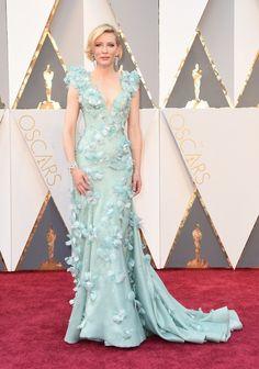 Cate Blanchett de Armani Privé en color verde agua con cristales Swarovski y plumas en Oscar 2016