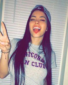 "De Boa com a vida,sorriso no rosto vibe positiva. Tô ""feliz"" nos verbos ser e estar. Tumblr Photography, Photography Poses, Tattoo Asian, Tumblr Selfies, Snapchat Selfies, Tmblr Girl, Foto Casual, Selfie Poses, Pretty People"