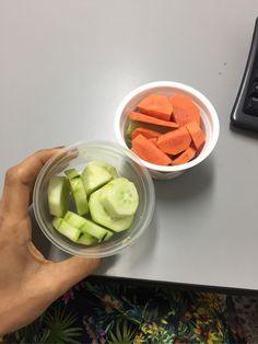 Combate la ansiedad. Si aún no es tu tiempo para merendar o tomar tu comida, puedes comer rodajas de pepino y zanahoria con limón. Altos en fibra y pocas calorías que te saciarán y evitarán que comas demás.