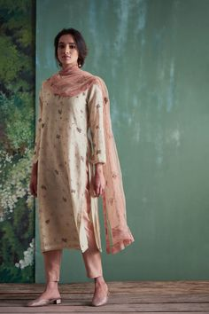Good Earth brings you luxury design crafted by hand, inspired by nature and enchanted by history, celebrating India's rich history and culture through original, handcrafted products. Indian Look, Dress Indian Style, Indian Ethnic Wear, Indian Dresses, Indian Outfits, Pakistani Formal Dresses, Pakistani Dress Design, Casual Indian Fashion, Kurti Designs Party Wear