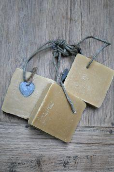 Deze heerlijk ruikende Palm zeep is het meest PH- neutraal voor gevoelige huidtypes. In Frankrijk wordt deze handgemaakte zeep vaak in keukens en wasserijen gebruikt. Je kunt de zeep natuurlijk ook gebruiken bij het handenwassen of onder de douche. Voor meer info. kijk je op; www.molitli.nl