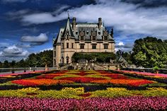 Biltmore Estateis a large private estate and tourist attraction in Asheville, North Carolina.Biltmore House, the main house on the estate, is a Châteauesque-styled mansion built by George Washington Vanderbilt II between 1889 and 1895 and is the largest privately owned house in the United States, at 178,926 square feet and featuring 250 rooms. Still owned by one of Vanderbilt's descendants, it stands today as one of the most prominent remaining examples of the Guilded Age