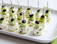 Rezept für Feta-Käse Spieße mit Gurke - Expolore the best and the special ideas about Thirty one party Party Finger Foods, Snacks Für Party, Appetizers For Party, Appetizer Recipes, Toothpick Appetizers, Simple Appetizers, Seafood Appetizers, Cheese Appetizers, Yummy Food