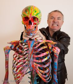 Damien Hirst strangling his artwork St Elmos Fire - Photo by Quintin Lake Damien Hirst Art, Hirst Arts, Pop Art Movement, Day Of The Dead Art, Animal Projects, Art Database, Expo, Sculpture, Conceptual Art
