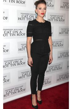 Scarlett Johansson con total look negro de Dolce