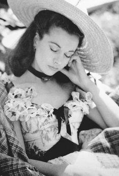 『風と共に去りぬ』のセットでうとうとするヴィヴィアン・リー、1939年 Vivien Leigh resting on the set of Gone with the Wind, 1939
