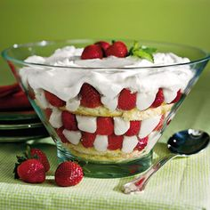 Strawberry-Sugar Biscuit Trifle Serve a dish that's as pretty as it is tasty. Layer Sugar Biscuits, brushed with orange liqueur, with strawberry halves and Trifle Custard in a large glass bowl. Garnish with mint leaves for an extra pop of Spring. Passover Desserts, Passover Recipes, Easter Recipes, Easy Desserts, Delicious Desserts, Yummy Food, Strawberry Trifle, Strawberry Dessert Recipes, Gastronomia