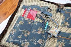 En la página siguiente, bolsillo para una tijera, cerrado también con snap y un bolsillo abierto para la regla de calibrar agujas y unos lápices, que siempre hacen falta