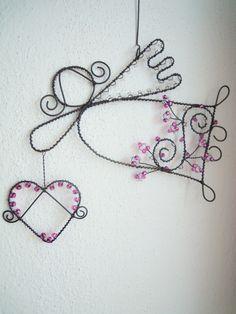 Andělínka Lásková angel and hear wire art Wire Ornaments, Angel Ornaments, Wire Crafts, Metal Crafts, Diy Angels, Angel Crafts, Wire Weaving, Easy Diy Crafts, Wire Art