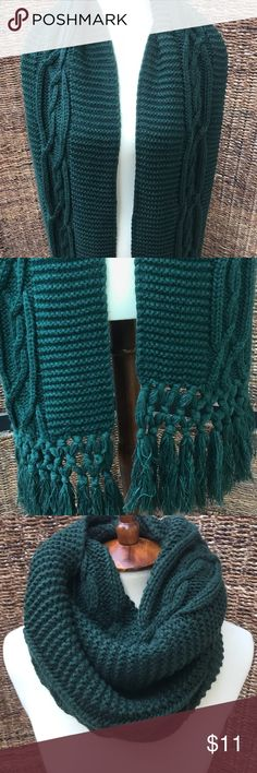 • Hunter Green Cable Knit Scarf • • Size - OS • Color - Hunter green • Cable knit ! Great condition - No holes, snags or pilling 🍃🍂 Accessories Scarves & Wraps