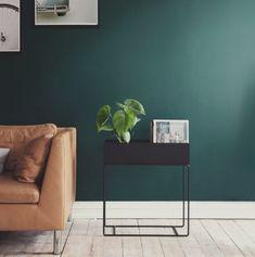 Plant Box fra Ferm Living. Elegant og tidløs kasse med smale ben i pulverlakkert metall. Kan brukes til alt fra planter til bøker og leker. Se bilder >>