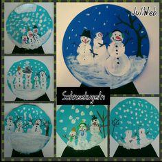 Klasse 1 - Zunächst wird eine Kreisvorlage ausgeteilt und die Kinder übertragen diese auf blaues Papier. Nach dem sie den Kreis ausgeschnitten haben, malen sie mit Deckweiß die Schneemänner und Landschaft auf darauf. Nach dem Trocknen werden die Details mit Wachsfarben dazu gemalt.