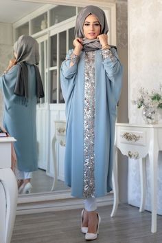 Elisa Ferace Tunik – Mavi – Lefzen Our blue elisa ferace tunic model is zero collar, buttoned at the back and cuffed. The arms are the bat arm. Islamic Fashion, Muslim Fashion, Modest Fashion, Fashion Dresses, Moda Hijab, Hijab Evening Dress, Evening Dresses, Mode Abaya, Arabic Dress