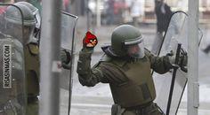 Angry Birds la nueva arma de los antidisturbios.