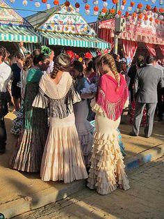 Der Políngano.com: Feria de Abril de Sevilla: Belleza, luz y color Flamenco Party, Flamenco Dancers, Folk Fashion, Womens Fashion, Estilo Popular, Costumes Around The World, Spanish Style, Your Style, Spain