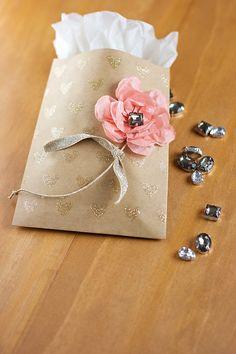 bolsita de papel decorada con flores