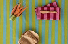 """Herbst / Winter 2013 - Streifen kommen nie aus der Mode und praktische Handtücher kann man in der Küche immer gebrauchen. Das Küchentuch """"Laͦngrand"""" in Pfingstrose-Mohn hat zweifarbige Streifen und praktische Aufhänger. Größe 45 x 60 cm."""