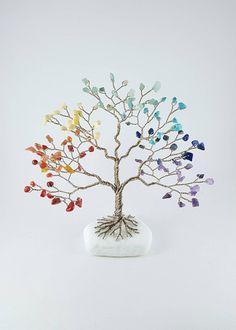 Ce Chakra bel «Arbre de vie» en fait une pièce incroyable énergie. Il y a 7 groupes de puces barattés créant les «feuilles» sur un arbre de fil torsadé. Chaque pierre représente un des 7 Chakras majeurs. Pour les ths arbre à la main, j'ai utilisé 20 mètres de fil de bronze blanc et Easy Crafts To Sell, Diy And Crafts, Wire Crafts, Bead Crafts, Wire Tree Sculpture, Crystal Tree, Wire Trees, 7 Chakras, Feng Shui