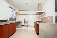 Luxe maatwerk keuken met massief kersen houten fronten en betonnen aanrechtbladen - The Living Kitchen by Paul van de Kooi