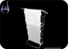 Totem produzido em acrílico cristal e branco.  Totem produced in crystal and white acrylic.