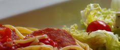 Spaghetti med pepperoni One Pot Pasta oppskrift One Pot Pasta, Pepperoni, Cabbage, Spaghetti, Vegetables, Food, Veggies, Essen, Cabbages