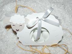 Contenant à dragée : Boîte à dragées en forme de petit mouton... http://www.drageeparadise.fr/contenant-dragees-vide_29_contenant-dragee-bapteme-en-carton_boite-mouton__45_1.html