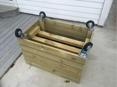 no, Slik lager du blomsterkasse med hjul - adressa. Planter Box Plans, Planter Boxes, Diy Wood Projects, Garden Projects, Back Gardens, Outdoor Gardens, Palette Deco, Outdoor Rooms, Outdoor Decor