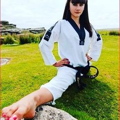 Female Martial Artists, Martial Arts Women, Taekwondo Girl, Barefoot Girls, Art Women, Karate, Strong Women, Exercise, Woman