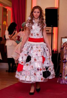 Halloween ideas and carnival costume queen of hearts - - PintoPin Carnival Costumes, Diy Halloween Costumes, Halloween Make Up, Halloween Ideas, Lewis Carroll, Helena Bonham Carter, Tim Burton, Playing Card Crafts, Playing Cards