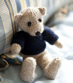 I'm repinning this amazing little bear as I love him so much - free pattern for Edward Bear ;)