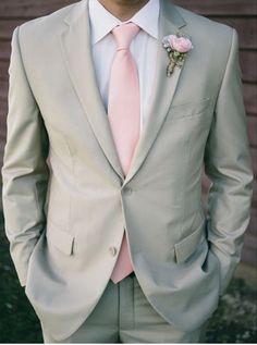 Hochzeitsanzug in Hellgrau mit zarten Rosa kombiniert. Wunderschöne Kombination für eine Frühjahr- oder Sommerhochzeit.