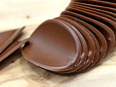 カルディコーヒーファーム(KALDI COFFEE FARM)で販売している『ハムレット グルメチョコチップス シーソルトキャラメル』はご存じでしょうか。 チップス形状のチョコレートですね。香りは濃厚にキャラメル。食べると、けっこうどっしりとしたソルト感。この塩気、甘さを引き立てるというほどのやさしさではなく