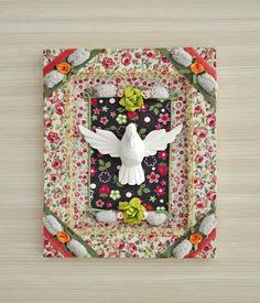 Quadro retangular do Divino Espírito Santo em MDF, confeccionado artesanalmente em tecido de algodão, com detalhes em cetim, fita, flores e renda. Os detalhes e tecidos são a sua escolha, têm várias opções. Faça sua encomenda para ter algo exclusivo para você. R$ 170,00