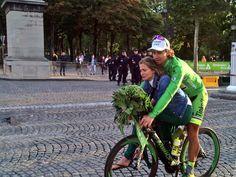 2015 26/7 rit 21 Paris/Champs-Élysées > Peter Sagan celebrates with girlfriend Katka Smolkova