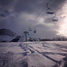 Le télésiège de la Vernette, et le Mont Emy en fond, sur les pistes d'Albiez. Photo prise le 4 janvier 2016 #albiez #pistes #ski #vernette #telesiege #montemy #slopes #lift #snow