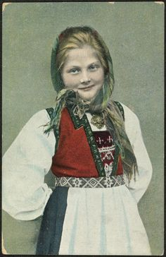 Ung jente i bunad fotografert av Solveig Lund (National Library of Norway)