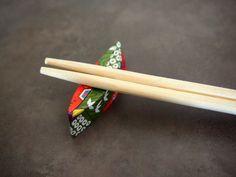 飲み会で隣の女の子を見ると、箸袋で見事な箸置きを作っていた! なんて経験はありませんか? 最近では、男性でもパパッとシンプルな箸置きを仕上げる方もいますよね。 上記の写真は簡単にできる箸置きの一つですが、 ちょっと上級者向けの「リボン」や「鶴」「ハート型」の箸置きも、一度覚えれば意外に簡単に作れるの