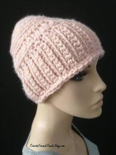 340b64ab00f Bonnet en laine rosefait main au crochet. Bonnet slouchy accessoire de mode  hiver en laine