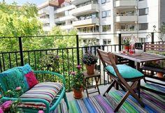 ein balkon mit rox tischen st hlen und hockern in gr n. Black Bedroom Furniture Sets. Home Design Ideas