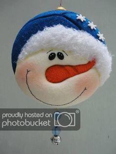 Paint this face on a mason jar lid Christmas Makes, Very Merry Christmas, Christmas Holidays, Felt Christmas Ornaments, Christmas Bulbs, Christmas Decorations, Snowman Crafts, Felt Crafts, Navidad Diy
