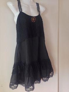 Vestido negro con canesú y volantes de encaje.