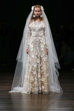 See the complete Naeem Khan Bridal Fall 2017 collection.