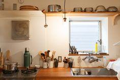 シンクの前に窓を設けているので、風がよく通る。キッチンカウンターは、以前から使っていたコンロに合わせて高さを調整してある。