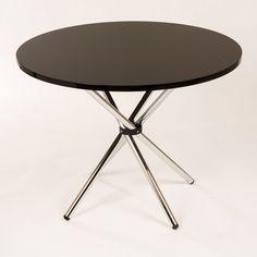 Nuestra mesa de centro con tapa de cristal mantiene un ambiente abierto y luminoso. Su forma redonda funciona especialmente bien en secciones en forma de L, y también en los espacios más pequeños. Tenemos en 3 colores, visita nuestra página para más información www.lumoliving.com