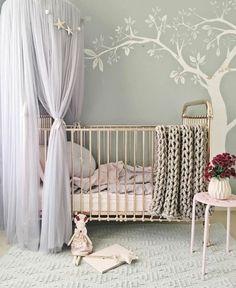 babyzimmer grau rosa gestaltungsideen gestrickte decke baum wanddeko vorhnge ber dem bett blume