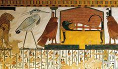 Fresque de la tombe de Néfertari : la momie de Néfertari sur son lit funéraire, elle porte le masque du dieu Osiris. De chaque côté, se tiennent les déesses protectrices des défunts : Isis et Nephtys sous le forme d'Horus. Derrière Nephtys, le héron cendré El-Beno, symbole de l'âme du dieu soleil Râ.