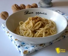 Pasta con salsa di noci (ricetta ligure). Ricetta ligure della salsa alle noci per condire la pasta, un primo veloce, cremoso e saporito anche senza glutine