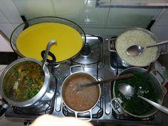 Típico almoço brasileiro: arroz, feijão, couve refogada, frango e curau de milho de sobremesa.  http://www.portalanaroca.com.br/quem-ta-servido-10/