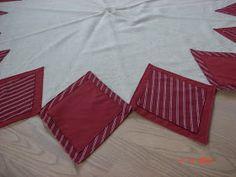 Birgiths håndarbejde: Nr 6 Rund juletræstæppe D 155 cm, pris 429 kr. Bagside er foret med rød stof.